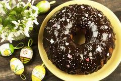 Dolce di Pasqua con la crema del cioccolato Immagini Stock