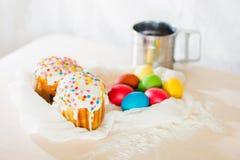 Dolce di Pasqua con le uova colorate Immagine Stock