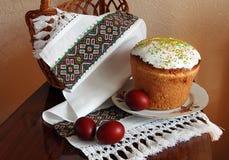 Dolce di Pasqua e le uova dipinte Fotografia Stock Libera da Diritti