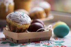Dolce di Pasqua ed uova di Pasqua colourful su una tavola di legno in un wic Fotografie Stock Libere da Diritti
