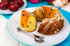 Dolce di Pasqua ed uova rosse dipinte fotografie stock