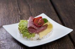 Dolce di riso con guarnizione su un piatto Fotografie Stock