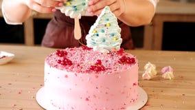 Dolce di rosa della decorazione del confettiere dell'officina del cuoco di pasticceria video d archivio