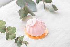 Dolce di rosa pastello sulla tavola bianca Poco dessert servito con tè o caffè carta da parati, foto orizzontale Immagine Stock Libera da Diritti