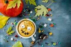 Dolce divertente della tazza per Halloween fotografia stock