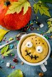 Dolce divertente della tazza per Halloween fotografia stock libera da diritti