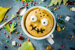 Dolce divertente della tazza per Halloween immagini stock