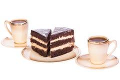 Dolce due sull'piatti con due tazze di caffè su bianco isolato Immagine Stock Libera da Diritti