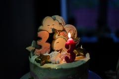 Dolce festivo Per un compleanno 3 anni Su un fondo nero immagini stock