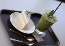 Dolce fresco del latte con il tè verde del ghiaccio Fotografia Stock
