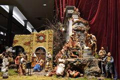 Dolce & Gabbana-boutiquevenster voor Kerstmisvakantie wordt verfraaid met originele Napolitaanse crèche die stock afbeelding