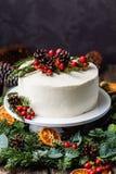 Dolce nudo crema bianco casalingo decorato con crema bianca, cono Immagini Stock Libere da Diritti
