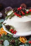 Dolce nudo crema bianco casalingo decorato con crema bianca, cono Immagini Stock