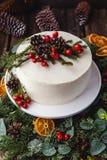 Dolce nudo crema bianco casalingo decorato con crema bianca, i coni e le bacche rosse Fotografia Stock Libera da Diritti
