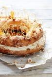 Dolce Parigi-Brest dalla pastella della crema con la crema, la pralina ed i dadi dell'aria in caramello Pudding francese del fond fotografie stock libere da diritti