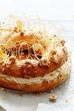 Dolce Parigi-Brest dalla pastella della crema con la crema, la pralina ed i dadi dell'aria in caramello Pudding francese del fond immagine stock libera da diritti