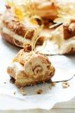 Dolce Parigi-Brest dalla pastella della crema con la crema, la pralina ed i dadi dell'aria in caramello Pudding francese del fond fotografie stock