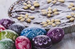 Dolce polacco tradizionale delle uova di Pasqua e di cioccolato di pasqua del mazurek Fotografia Stock