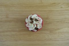 Dolce romantico della tazza di giorno di biglietti di S. Valentino in bianco ed in rosso con le decorazioni di legno del cuore di Fotografia Stock
