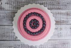 Dolce rosa della mousse del velluto del cioccolato della carota con il mirtillo Fotografia Stock