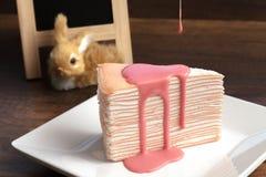 Dolce rosa di crêpe con la salsa rosa della crema sulla tavola di legno Fotografie Stock Libere da Diritti