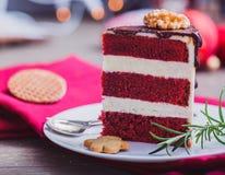 Dolce rosso del velluto decorato per il Natale fotografia stock