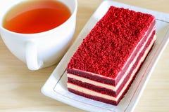 Dolce rosso del velluto e una tazza di tè fotografia stock libera da diritti