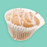 Dolce saporito al forno domestico della tazza, muffin con glassare su superiore isolato Immagini Stock Libere da Diritti