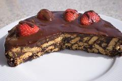 Dolce, torta o flan semplice di cioccolato fatti dai bisquits inglesi di stile del cioccolato di qualità e dalle fragole crude fr Immagini Stock
