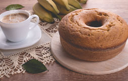 Dolce tradizionale della banana e una tazza di latte con caffè | Dolce della nonna Fotografie Stock