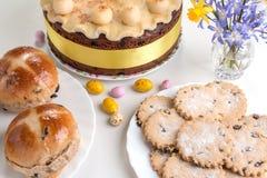Dolce tradizionale di Britannici Pasqua del dolce di Simnel, con la guarnizione del marzapane e le 12 palle tradizionali di marza Immagine Stock Libera da Diritti