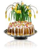 Dolce tradizionale di Pasqua con glassa ed i pezzi colorati di candito Fotografia Stock Libera da Diritti