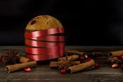 Dolce tradizionale italiano di Natale con le decorazioni Immagini Stock