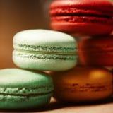 Dolce variopinto dei macarons Maccheroni del primo piano sul fondo isolato bianco di colore nel colore dell'annata della caffette Immagini Stock Libere da Diritti