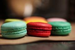 Dolce variopinto dei macarons Maccheroni del primo piano sul fondo isolato bianco di colore nel colore dell'annata della caffette Immagini Stock