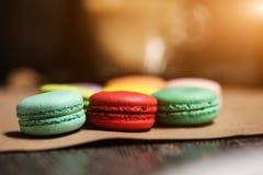 Dolce variopinto dei macarons Maccheroni del primo piano sul fondo isolato bianco di colore nel colore dell'annata della caffette Fotografie Stock Libere da Diritti