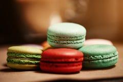 Dolce variopinto dei macarons Maccheroni del primo piano sul fondo isolato bianco di colore nel colore dell'annata della caffette Fotografia Stock Libera da Diritti
