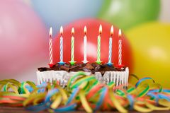 Dolce variopinto della festa di compleanno con le candele Compleanno, partito e concetto 'nucleo familiare' immagini stock