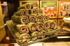 Dolcezza orientale - rotoli con cioccolato su un vassoio di vetro Fotografie Stock Libere da Diritti