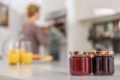 Dolci allegri di cottura della casalinga in cucina Fotografia Stock Libera da Diritti