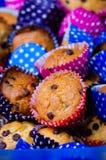 Dolci casalinghi piacevolmente decorati variopinti multipli dei muffin Immagini Stock