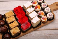 Dolci d'approvvigionamento, primo piano di vari generi di dolci sull'evento o w fotografie stock libere da diritti