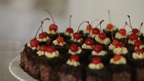 Dolci dei dolci, dolce con nozze di festa del dolce della ciliegia della cioccolata calda stock footage