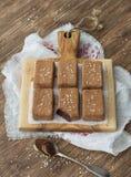Dolci del cioccolato con i frutti ed i semi di sesamo secchi Immagini Stock