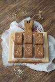Dolci del cioccolato con i frutti ed i semi di sesamo secchi Immagini Stock Libere da Diritti