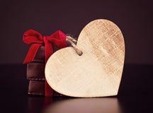 Dolci del cioccolato con il nastro rosso ed il cuore di legno del ` s del biglietto di S. Valentino per il giorno del ` s del big immagini stock