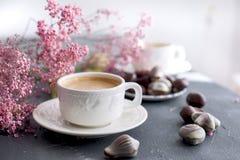 Dolci del cioccolato sotto forma di conchiglie e due tazze di caffè fragrante Colori leggeri della prima colazione romantica Fior Immagine Stock Libera da Diritti