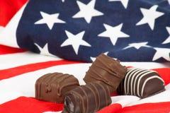 Dolci del cioccolato sulla bandiera americana Fotografia Stock Libera da Diritti