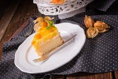 Dolci deliziosi con il Physalis, le mele fresche e la crema Fotografia Stock