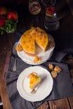 Dolci deliziosi con il Physalis, le mele fresche e la crema Fotografia Stock Libera da Diritti